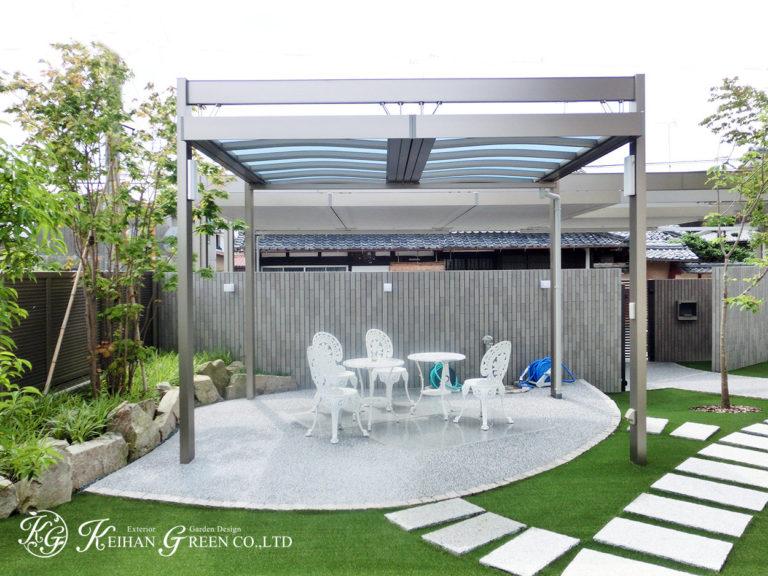 大胆なデザインのカーポートとテラス屋根が緑に映える空間 野洲市