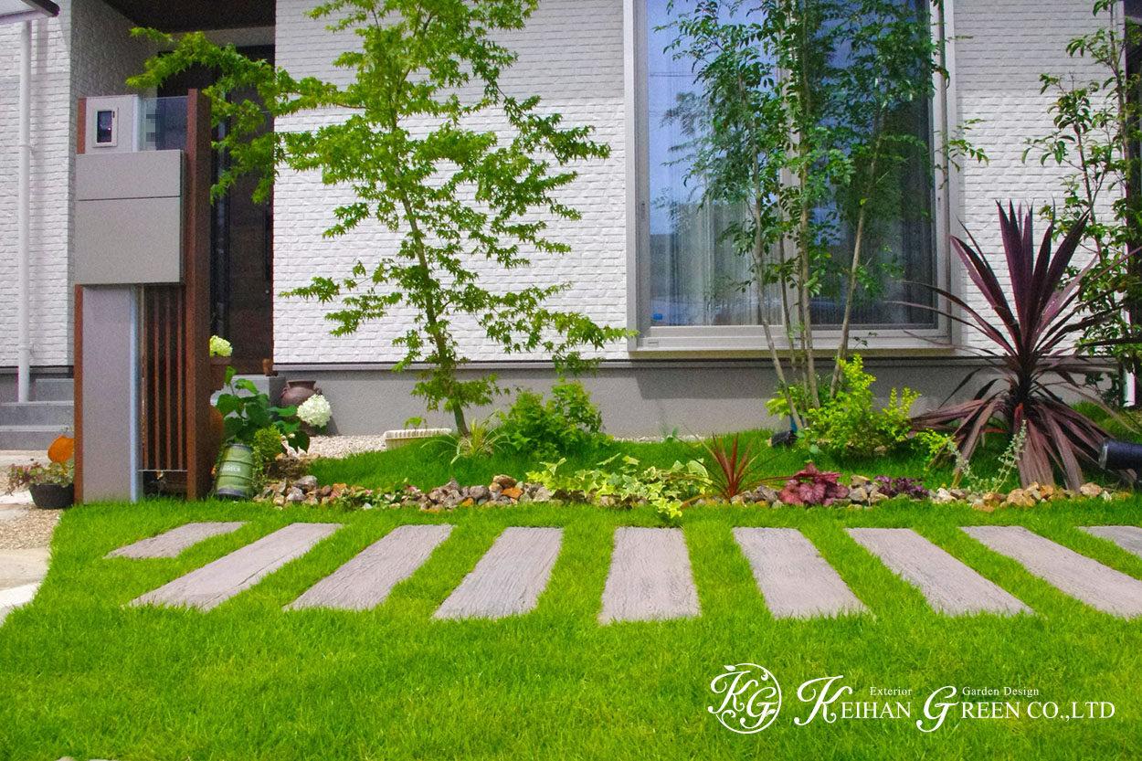 白い外観のおうちに芝の緑が鮮やかに映えます 栗東市