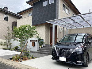 RC風塗り壁と木目の組み合わせで明るくモダンな外構に 京都市
