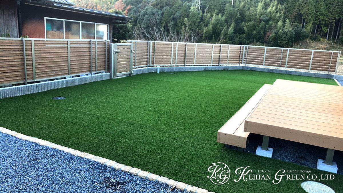 人工芝とウッドデッキで広々くつろげるお庭に 甲賀市