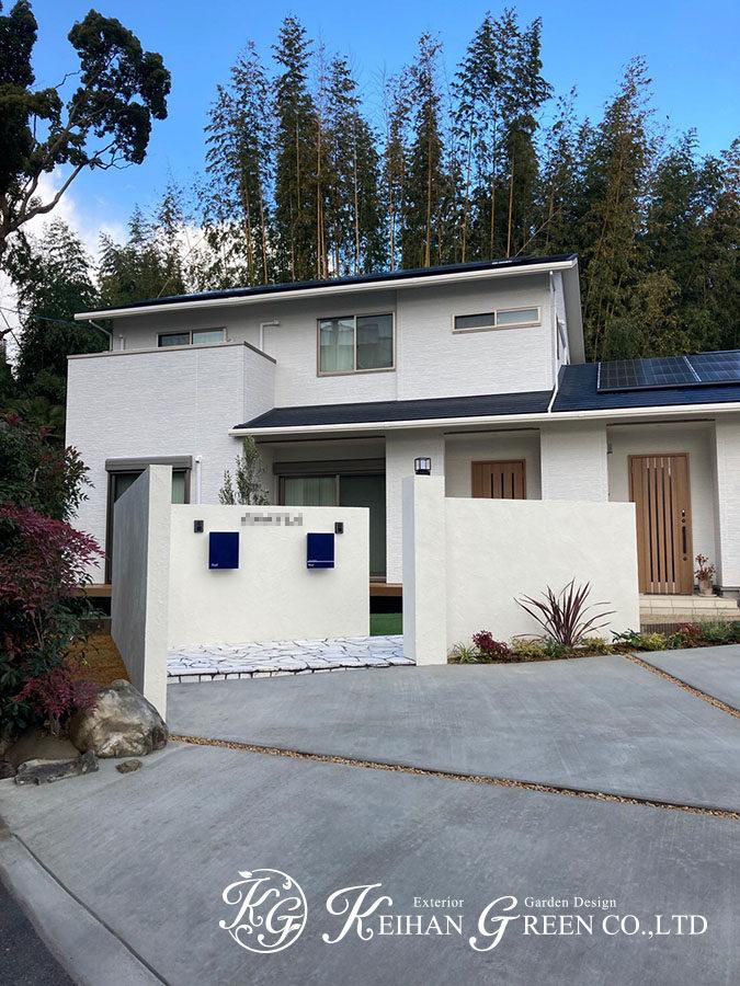 白い塗り壁に表札とポストがアクセントになったシンプルモダンなファサード 大山崎町