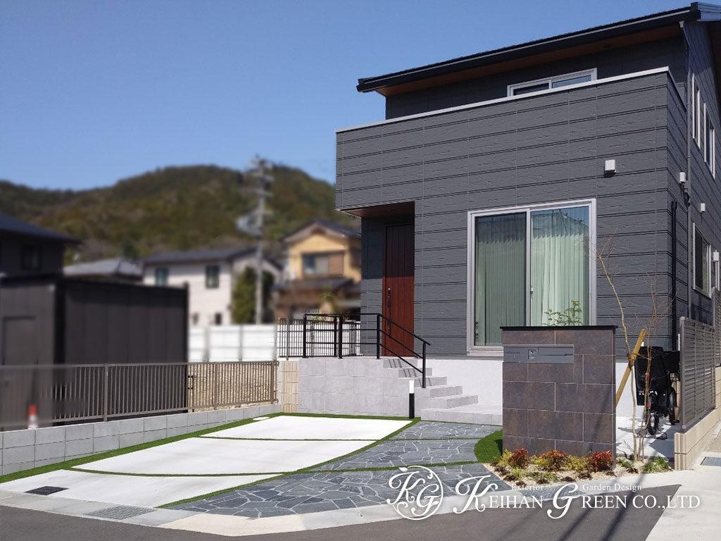上品なアプローチを人工芝の目地で明るく 京都市