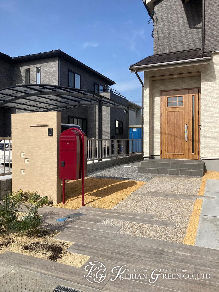 ナチュラルな色合いの門まわりに赤いポストがポイント 近江八幡市