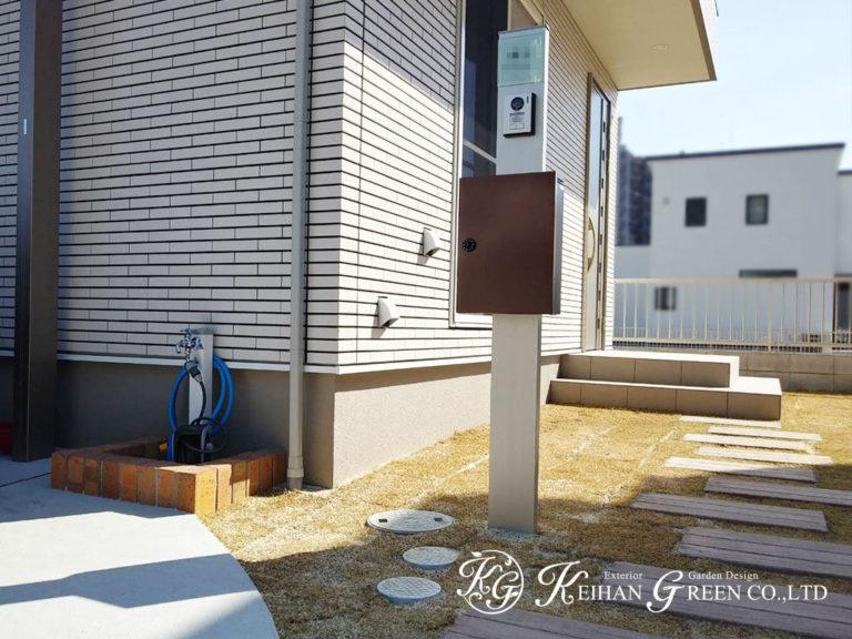 すっきりした門柱と天然芝の組み合わせでシンプルナチュラルなエクステリア 大津市