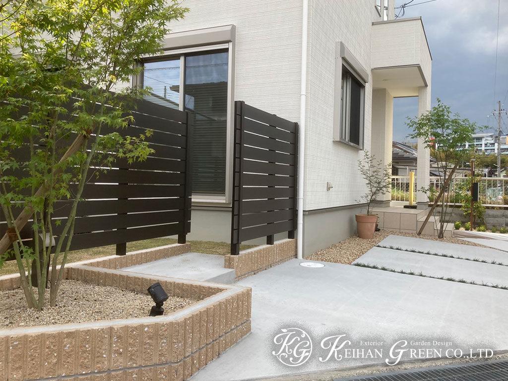 植栽とナチュラル色のフェンスで、新築外構に優しさをプラス 草津市