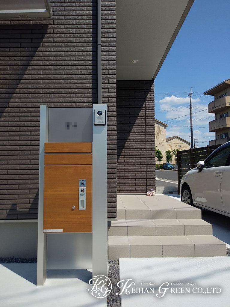 木調の宅配ボックスがアクセントのシンプル外構 大津市