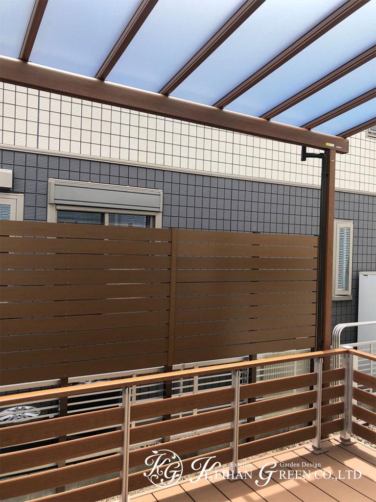 程よく目隠しされたウッドデッキとテラス屋根スペース 大津市