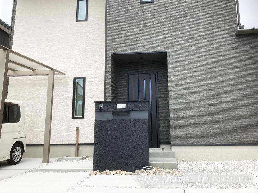 黒い門柱がアクセント。モノトーンのシンプル外構 野洲市