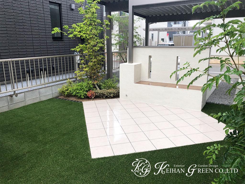 人工芝にシンプルナチュラルなガーデンベンチが映えるお庭 長浜市